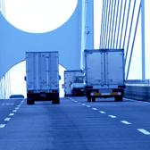 走るトラックの写真